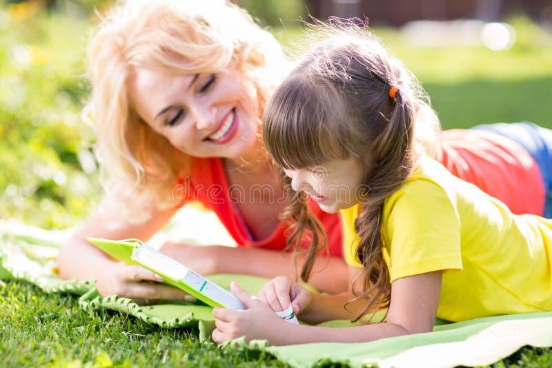 Madre con la figlia del bambino che si trova nel parco di estate fotografia stock