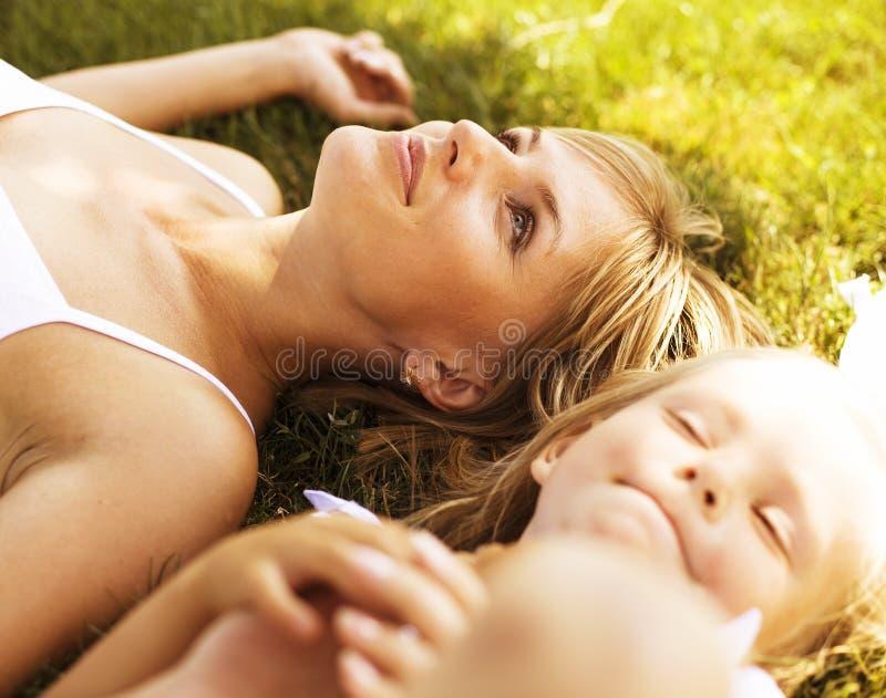 Madre con la figlia divertendosi sull'erba fotografia stock libera da diritti