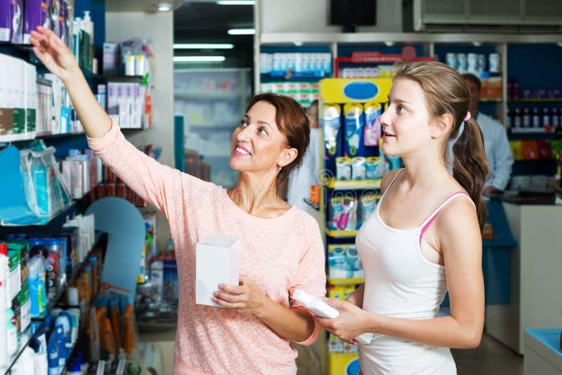 Madre con la figlia in farmacia fotografia stock
