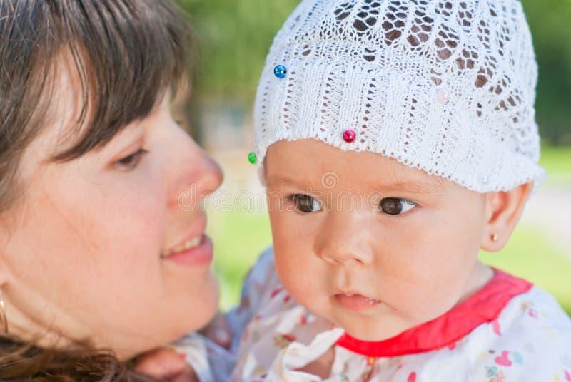 Madre con la hija del bebé fotos de archivo