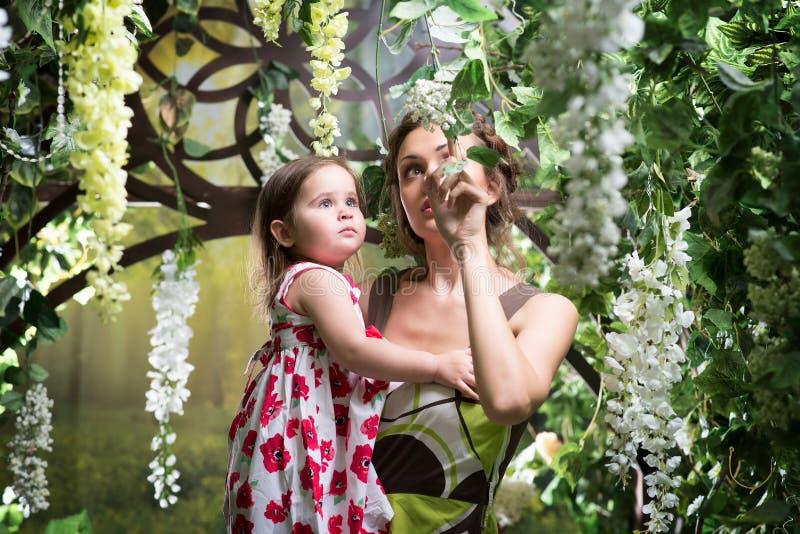 Madre con la hija Jardín floral verde imágenes de archivo libres de regalías