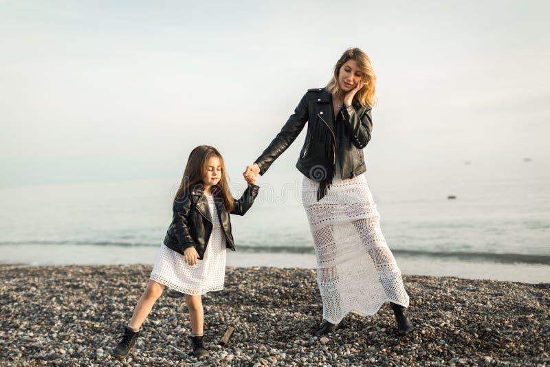 Madre con la hija que camina en el mar imagen de archivo libre de regalías