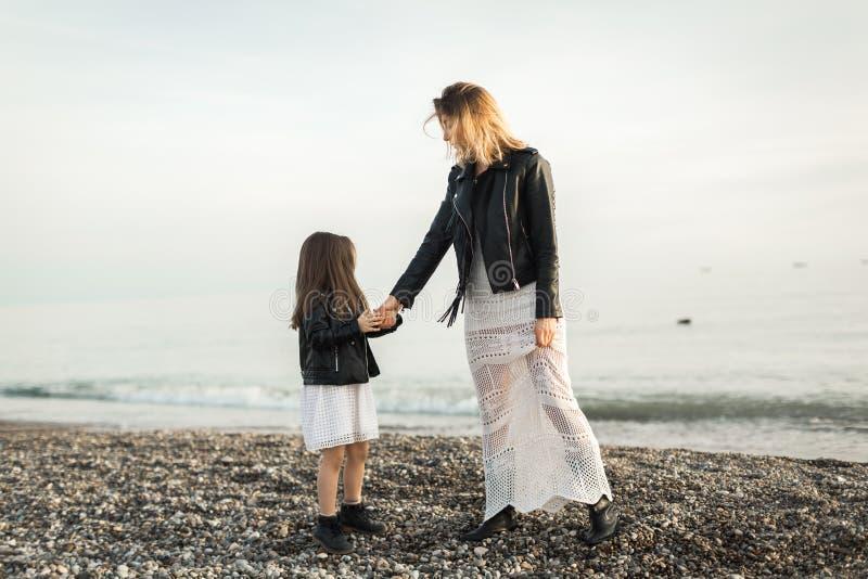 Madre con la hija que camina en el mar fotos de archivo libres de regalías