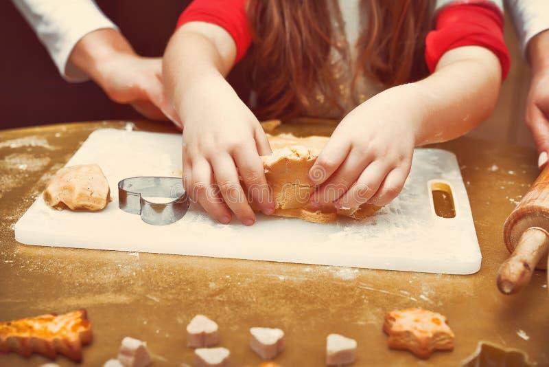 Madre con la hija que hace las galletas de la Navidad foto de archivo libre de regalías