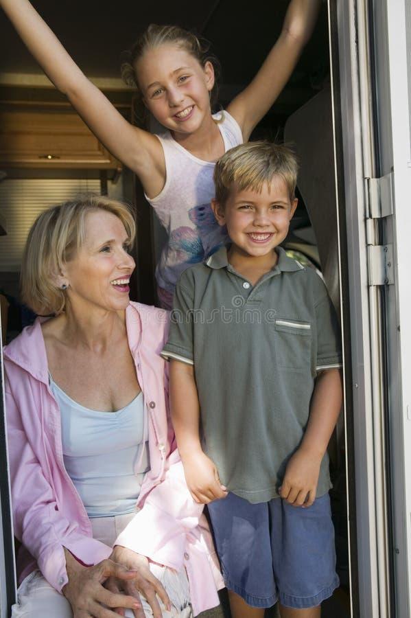 Madre con la hija y el hijo fotografía de archivo libre de regalías