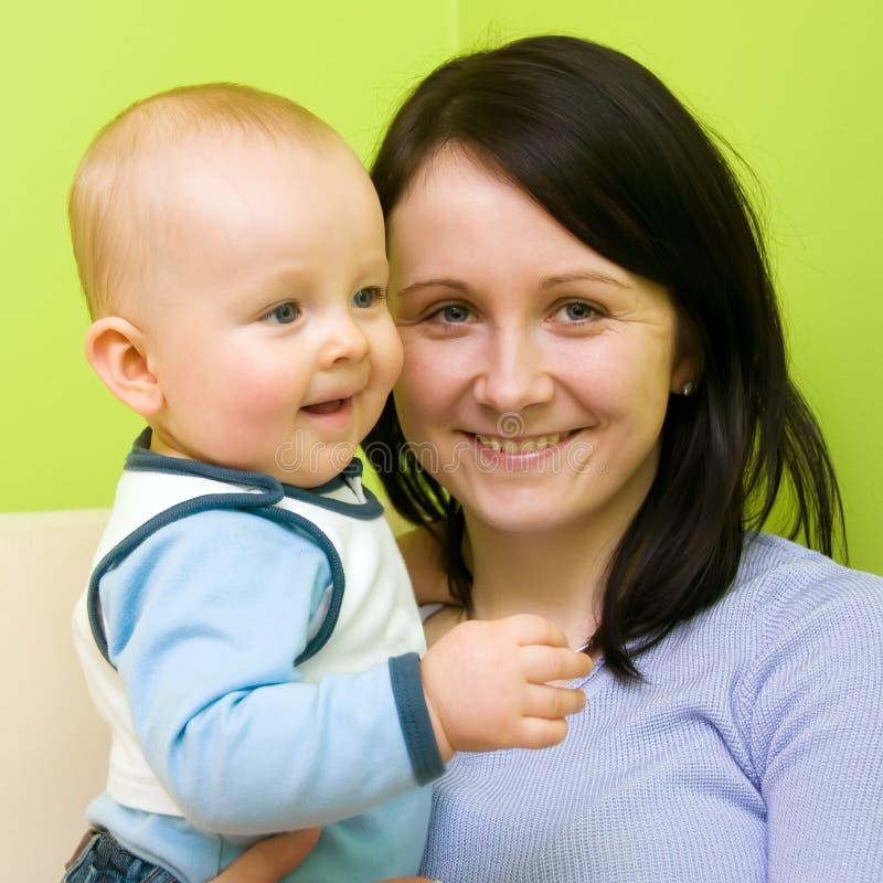 Madre con la sonrisa del hijo fotos de archivo libres de regalías
