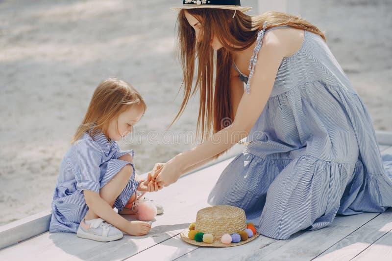 Download Madre con le figlie immagine stock. Immagine di festa - 117976543