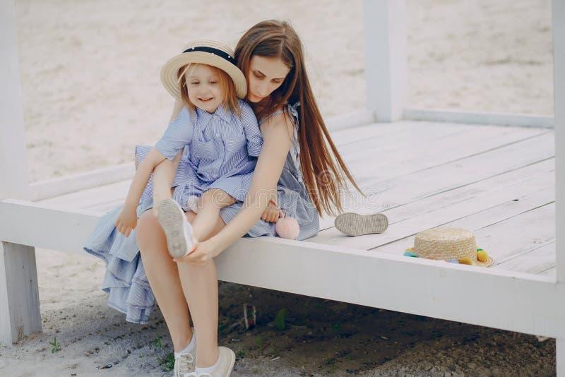 Download Madre con le figlie immagine stock. Immagine di cura - 117976627