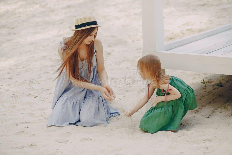 Download Madre con le figlie immagine stock. Immagine di maternità - 117976659