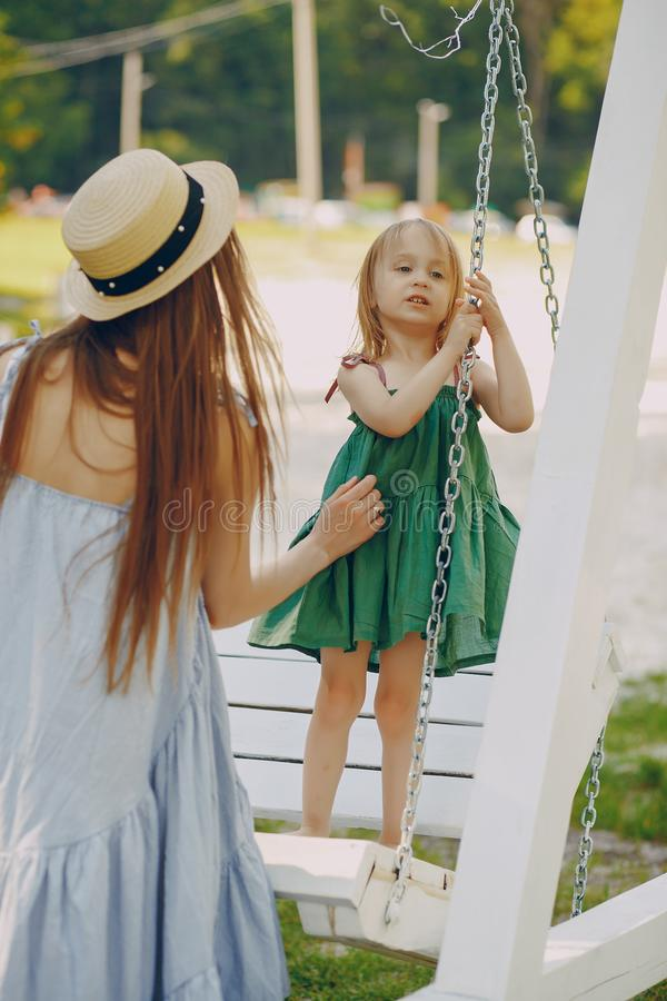 Download Madre con le figlie immagine stock. Immagine di svago - 117976701