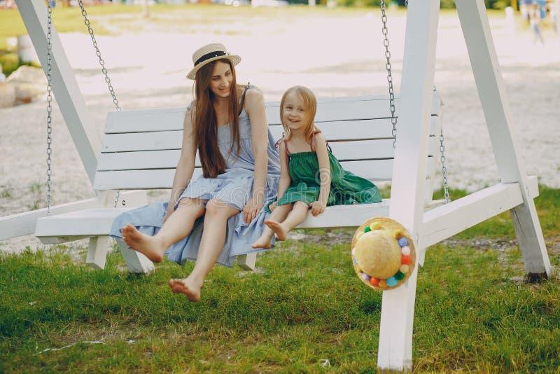 Download Madre con le figlie fotografia stock. Immagine di esterno - 117976708