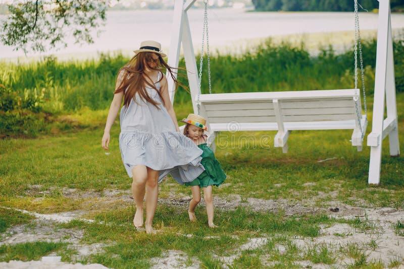 Download Madre con le figlie immagine stock. Immagine di mommy - 117976733