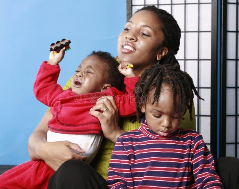 Madre con los niños imagenes de archivo