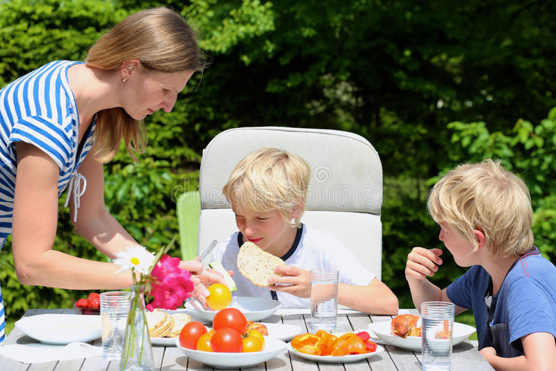 Madre con los niños que comen al aire libre fotos de archivo libres de regalías