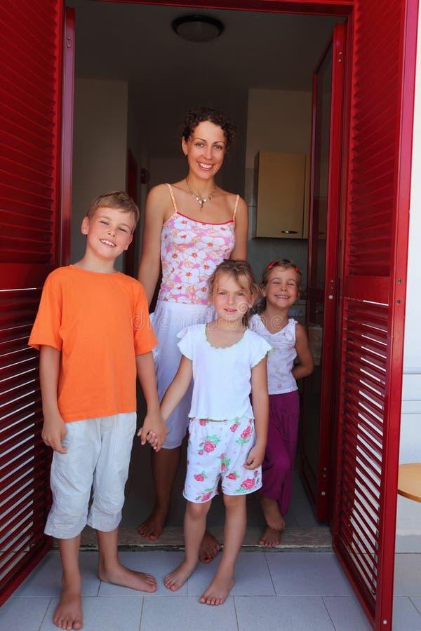 Madre con los niños que se colocan en puertas fotos de archivo libres de regalías