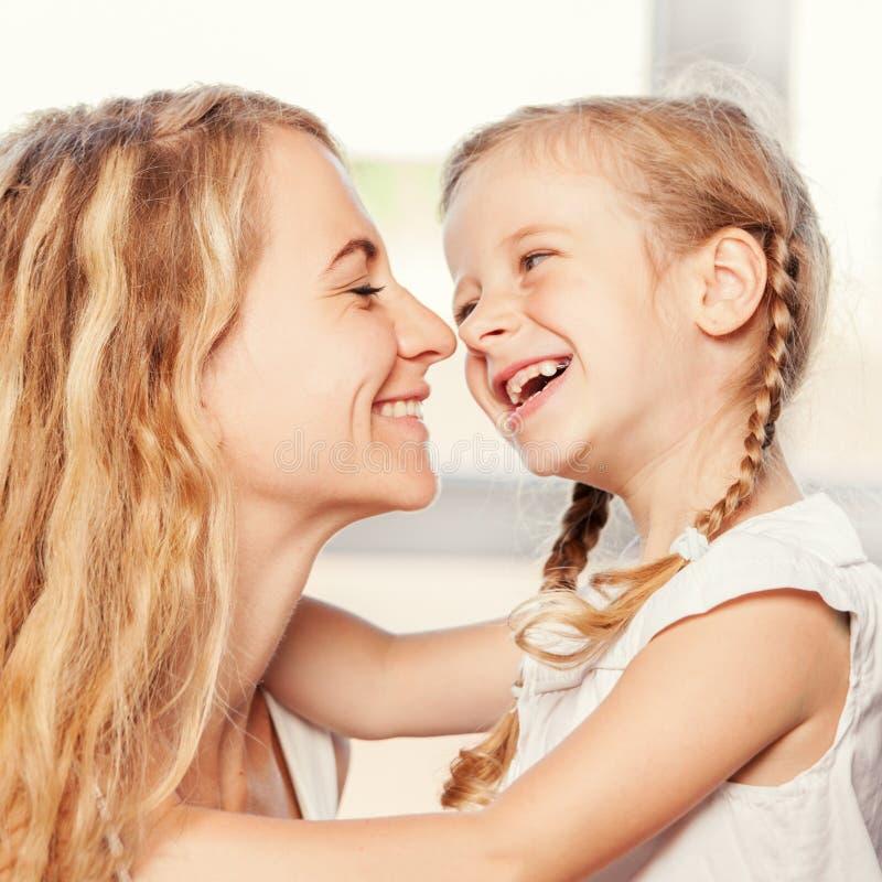 Madre con sorridere del bambino fotografia stock