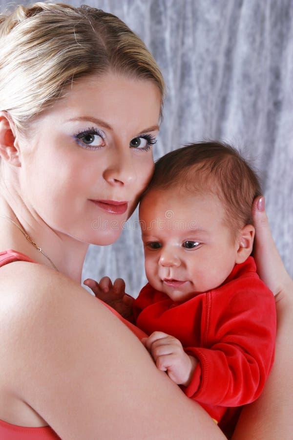 Madre con su bebé recién nacido imagenes de archivo