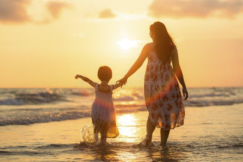 Madre con su hija imagen de archivo