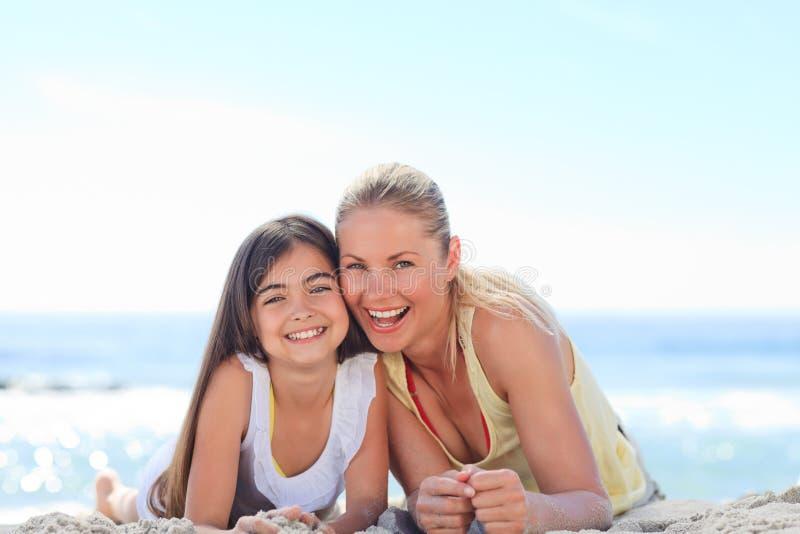 Madre con su hija en la playa fotografía de archivo libre de regalías