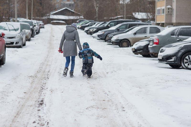 Madre con su hijo del bebé que disfruta de día de invierno frío hermoso fotos de archivo