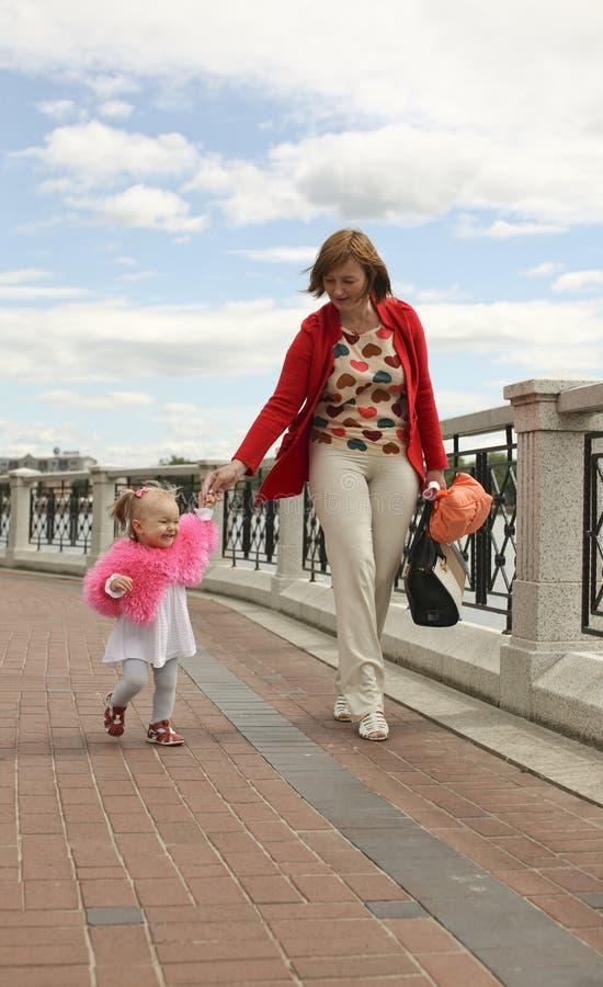 Download Madre con su pequeña hija foto de archivo. Imagen de madre - 41907046