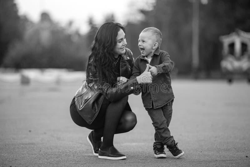 Madre con su risa alegre del pequeño hijo durante un paseo en th imagen de archivo libre de regalías
