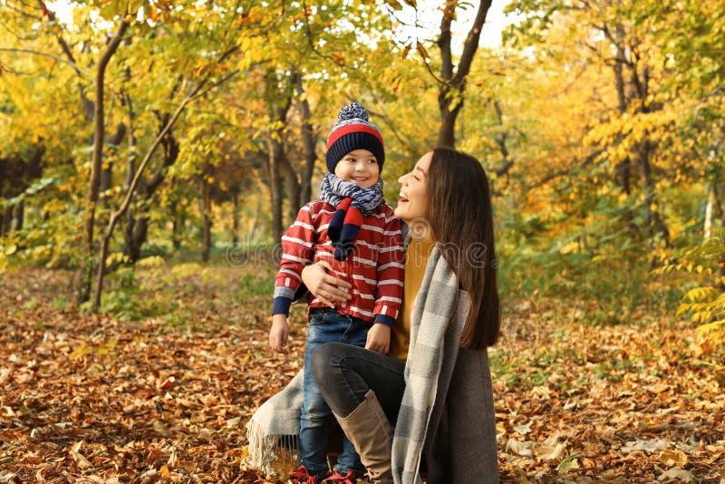 Madre con su tiempo lindo del gasto del hijo junto imagen de archivo