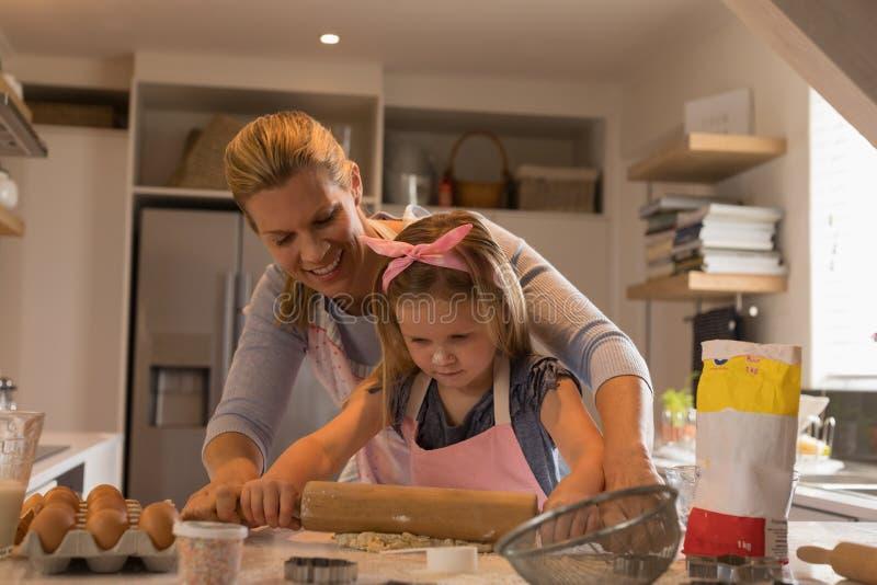 Madre con sua figlia che prepara alimento in cucina fotografia stock libera da diritti