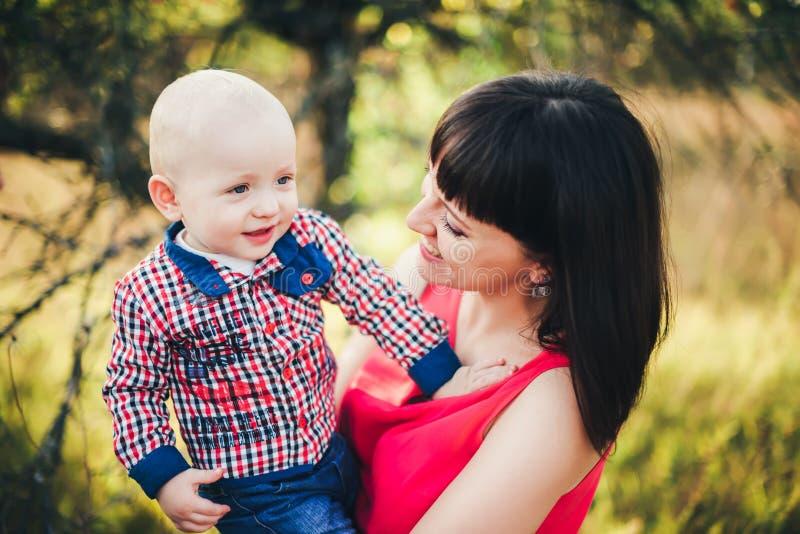 Madre con suo figlio del bambino nel parco di autunno fotografia stock