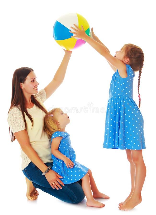 Madre con sus hijas que juegan con una bola fotos de archivo libres de regalías