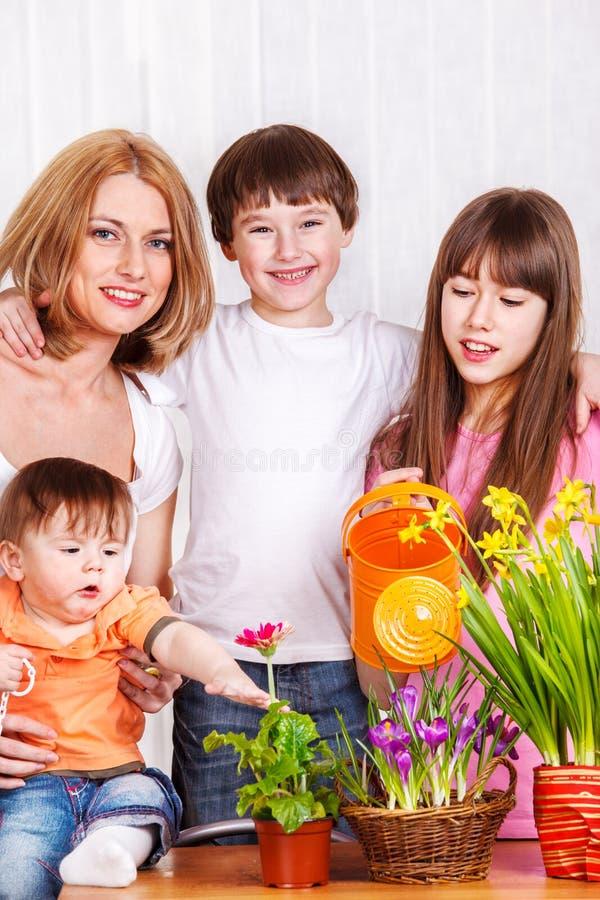 Madre con tre bambini fotografia stock