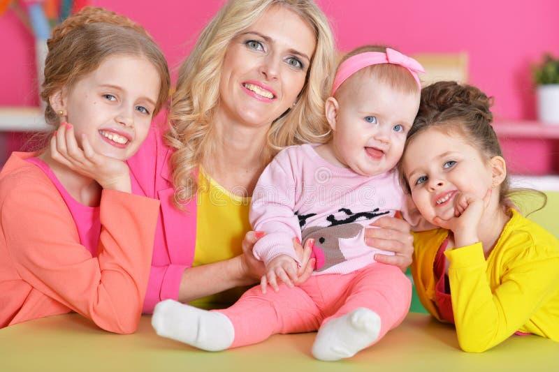 Madre con tres hijas foto de archivo libre de regalías