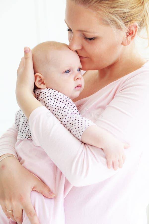 Madre con un bebé fotos de archivo libres de regalías