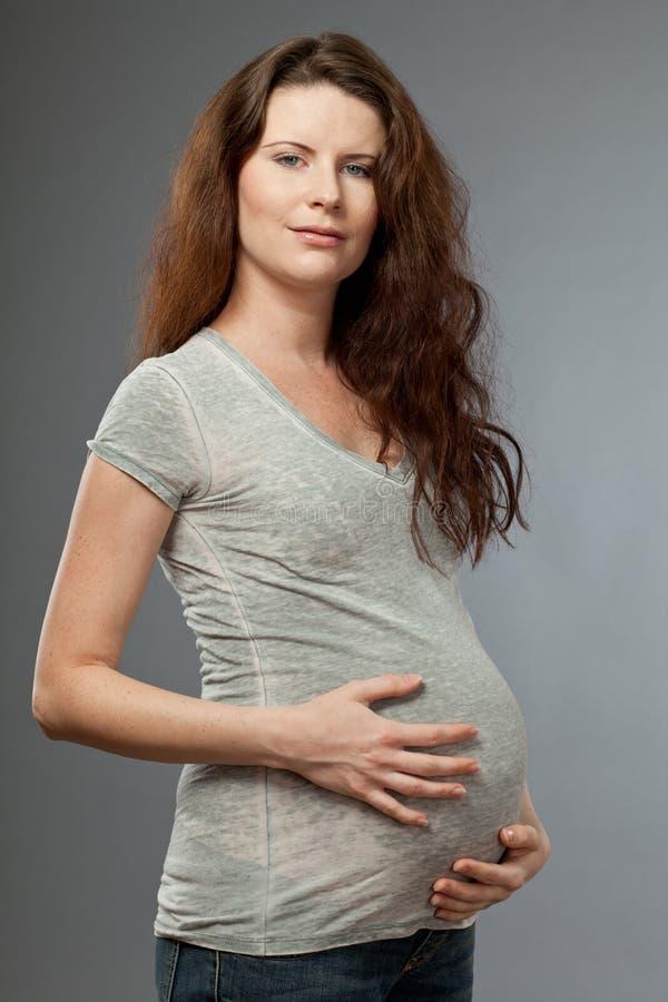 Madre de espera joven con el pelo oscuro largo. imágenes de archivo libres de regalías