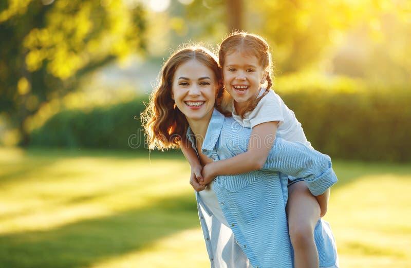 Madre de la familia e hija felices del ni?o en naturaleza en verano fotos de archivo