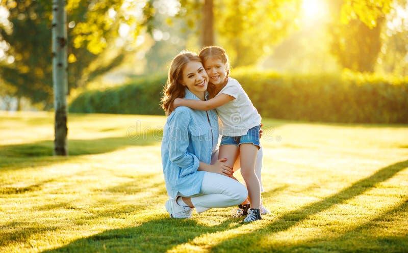 Madre de la familia e hija felices del ni?o en naturaleza en verano imágenes de archivo libres de regalías