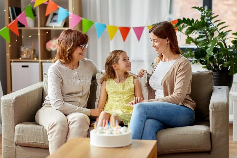 Madre, derivato e nonna alla festa di compleanno fotografia stock libera da diritti