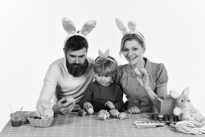 Madre, derivato e padre barbuto con i fronti felici che dipingono le uova fotografia stock libera da diritti