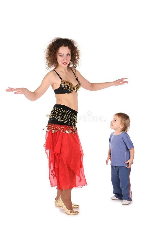 Madre di Bellydance con il bambino immagine stock libera da diritti