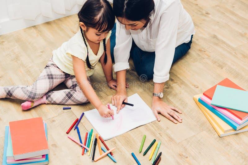 Madre di istruzione dell'insegnante del disegno di asilo della ragazza del bambino del bambino con la bella madre immagine stock libera da diritti