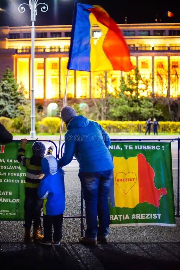 Madre e bambini che protestano contro la corruzione, Bucarest, Romania immagine stock libera da diritti