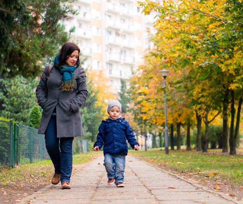 Madre e bambino ad un parco immagini stock