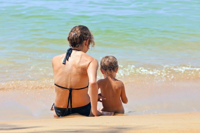 Madre e bambino alla spiaggia fotografia stock libera da diritti