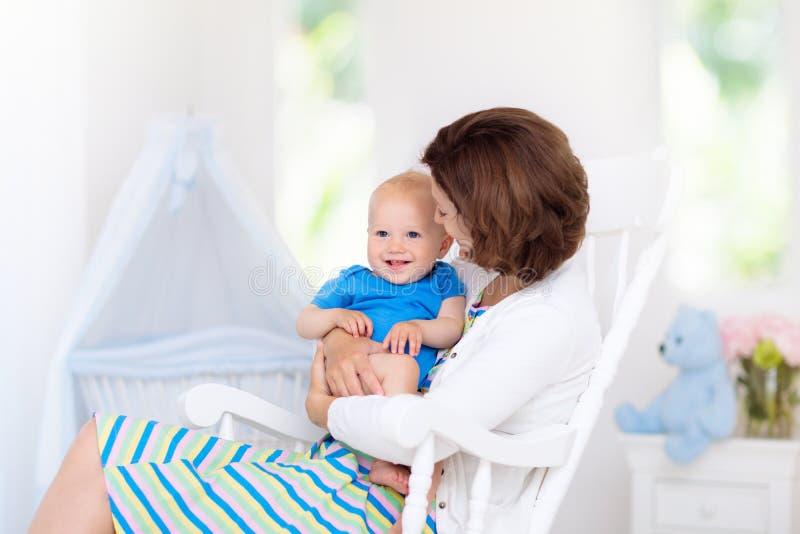 Madre e bambino in camera da letto bianca fotografia stock libera da diritti