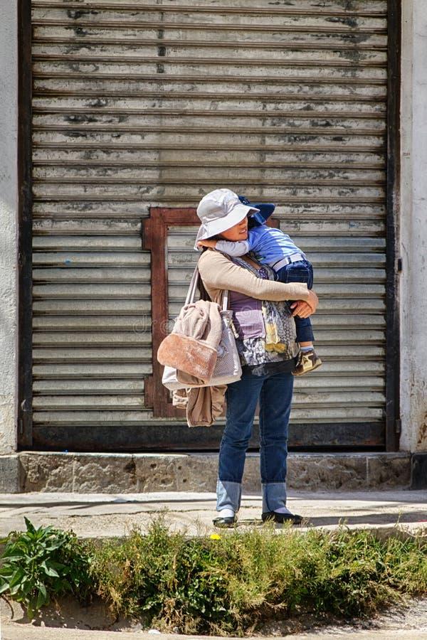 Madre e bambino che aspettano il bus fotografie stock libere da diritti