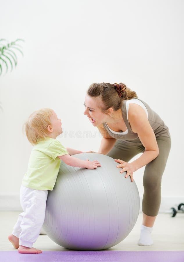Madre e bambino che hanno divertimento in ginnastica fotografia stock