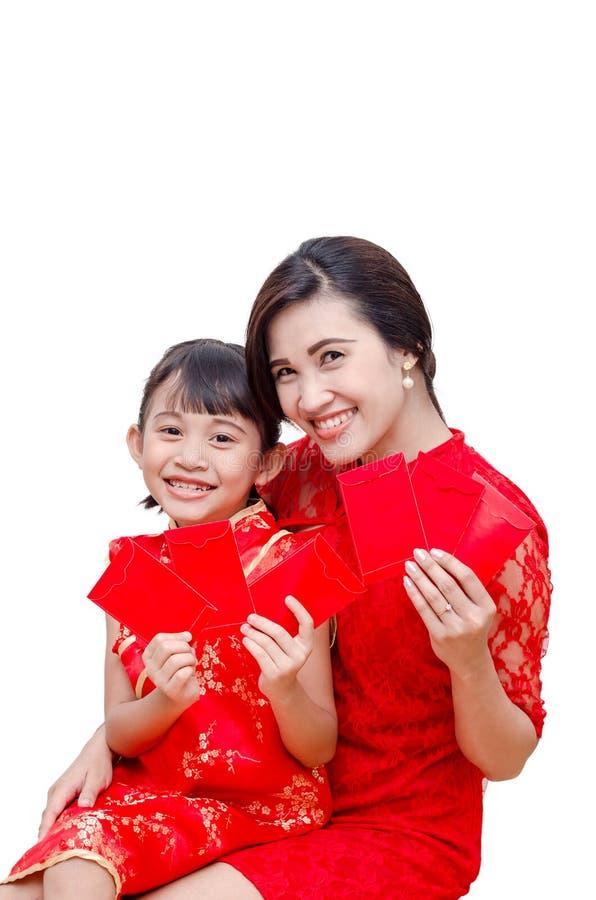 Madre e bambino che tengono i soldi rossi del pacchetto immagine stock libera da diritti