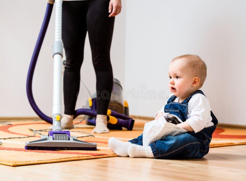 Madre e bambino di casa di pulizia immagini stock