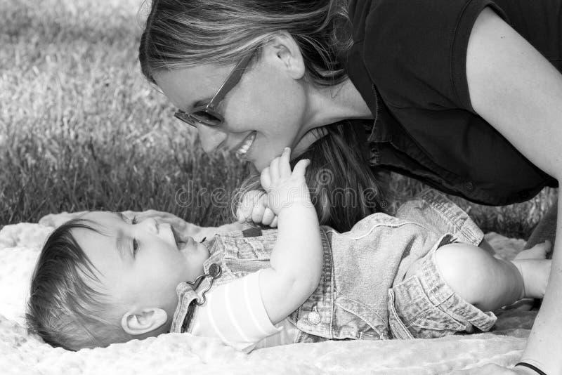 Madre e bambino entrambe che sorridono fotografia stock