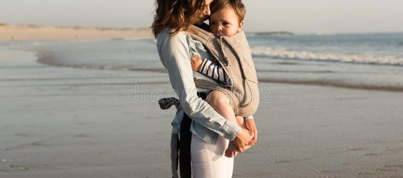 Madre e bambino felici immagine stock